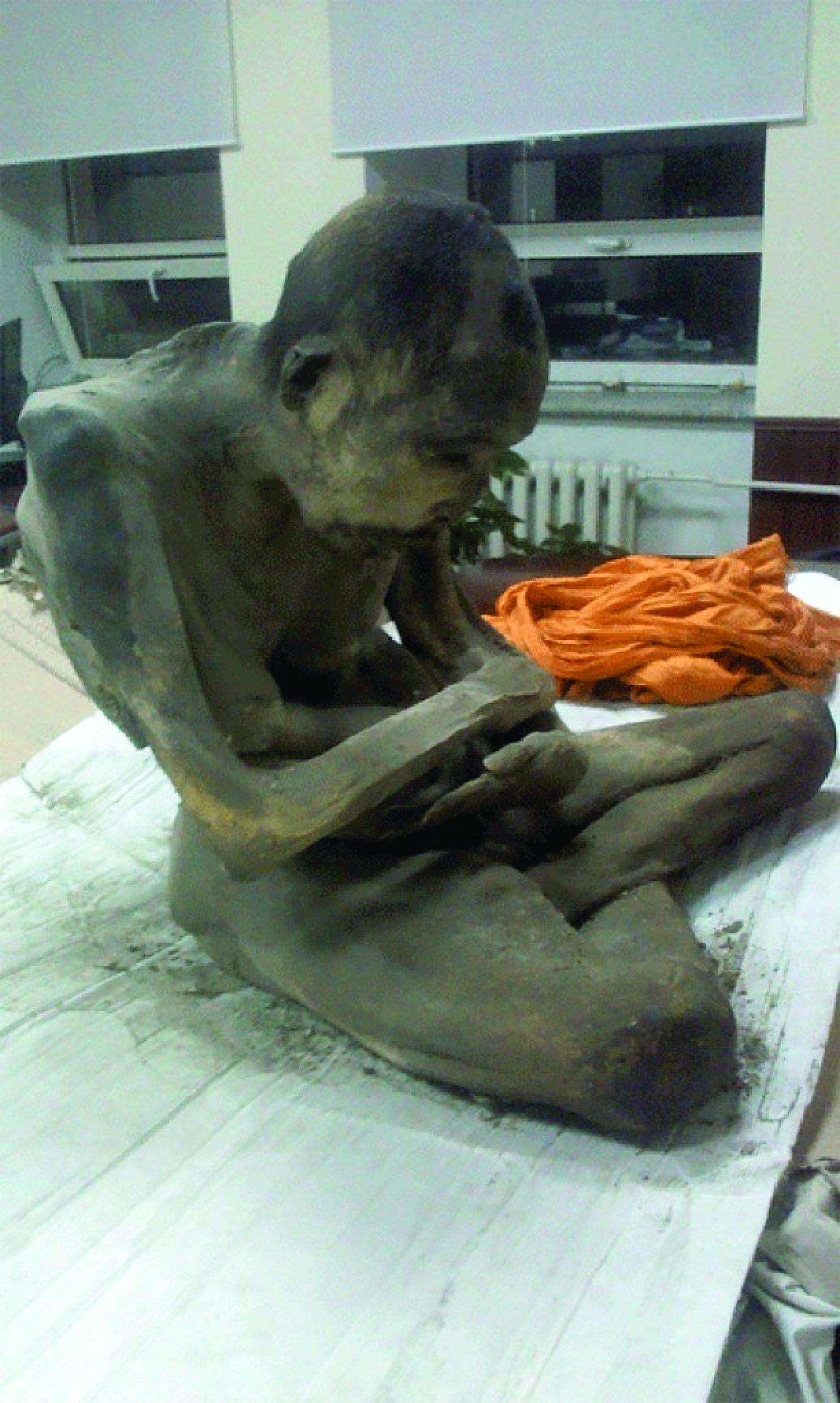 Une momie  dans un  Bouddha