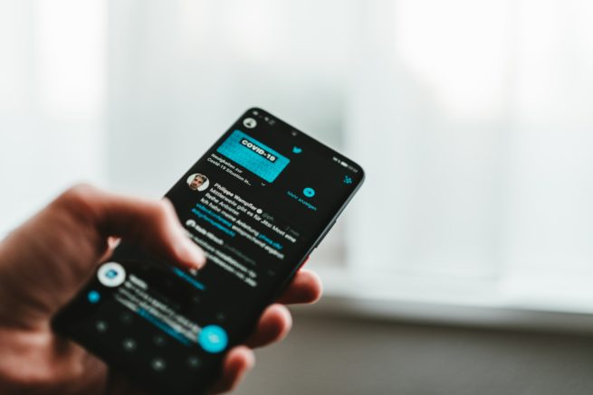 Cellulaire navigue sur twitter